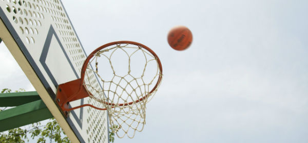 Basketball – Ball going toward basket – featured pic